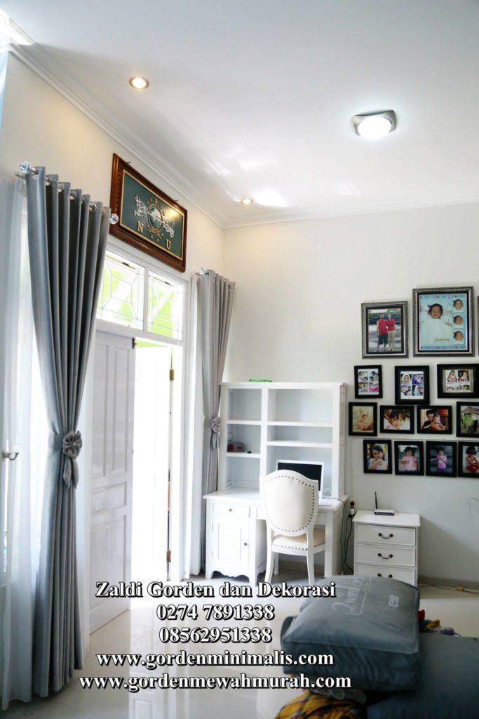 Gorden transparan atau vitrage warna putih memberi kesan nuansa terang pada ruangan