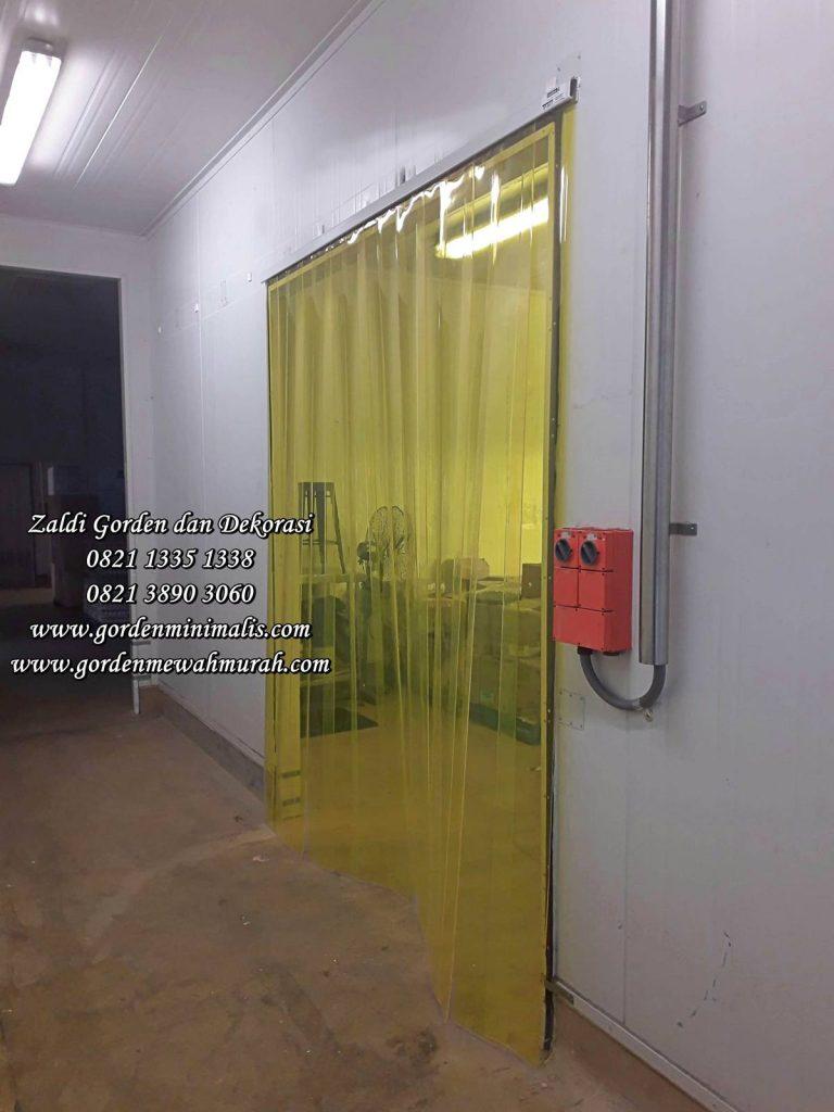 Tirai plastik transparan untuk menjaga suhu ruangan